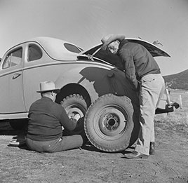 Moreno Valley, Colfax County, New Mexico. George Turner changes a tire. Photo by John Collier, Feb. 1943